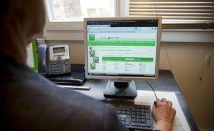 Dans les locaux de l'association Sos-Amitié à Boulogne-Billancourt. Ici, les bénévoles prennent des appels téléphoniques ou répondent aux usagers par le biais de leur site internet, le 9 septembre 2013.