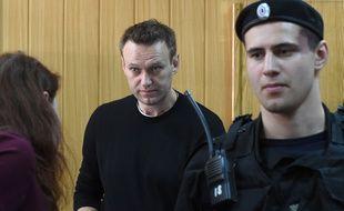 Alexeï Navalny (au centre) lors de son procès à Moscou le 27 mars 2017.