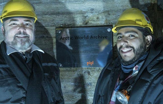 Les directeurs des archives nationales brésiliennes et mexicaines Ricardo Marques et Erick Cardoso devant la plaque inaugurative dans l'entrée du bunker