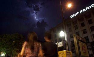 Une enseigne de la banque française BNP-Paribas par une nuit d'orage le 8 juin 2014 à Paris