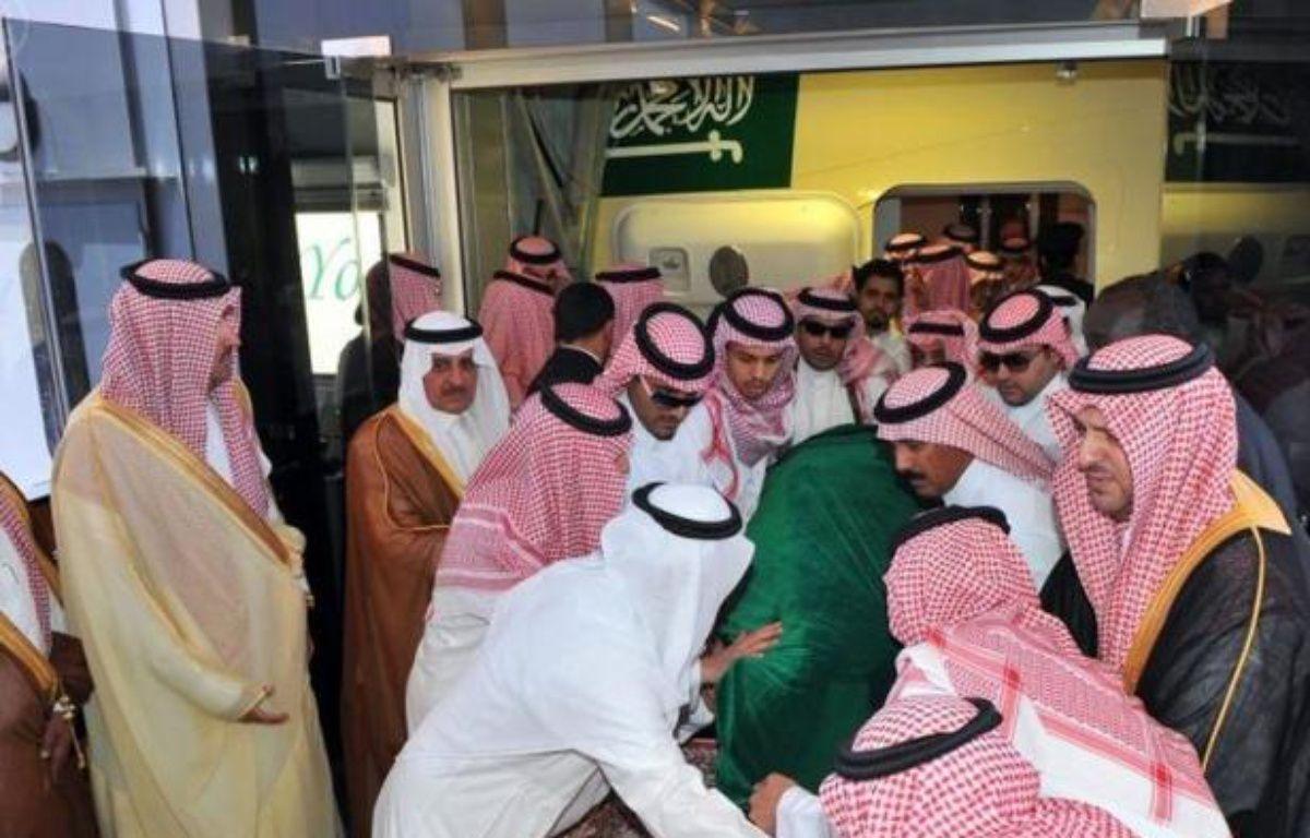 L'Arabie saoudite a enterré dimanche le prince héritier Nayef ben Abdel Aziz, décédé à l'âge de 79 ans, et va lui désigner un successeur, le plus probablement son frère le prince Salmane ben Abdel Aziz. –  afp.com