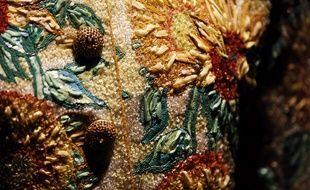Cette veste, créée par Yves Saint Laurent, est un hommage à Vincent Van Gogh