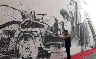 L'artiste Nicolas Thollot-Arsac sur le Mur à Mulhouse le 28 février 2020.