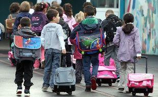 Le sac à roulettes est une bonne alternative pour les élèves en bas âge.