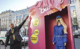 Les ONG Peuples solidaires et China Labor Watch ont mené mardi 10 décembre 2013 une action de rue surprise à Paris pour dénoncer les conditions de travail des sous-traitants chinois du leader mondial du jouet Mattel.