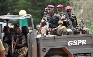 """Cinq militaires ivoiriens ont été tués dimanche dans l'attaque d'un commissariat et d'un poste de contrôle de l'armée par des hommes """"lourdement armés"""" dans un quartier d'Abidjan, a déclaré le ministre de la Défense, dernier en date d'une série d'incidents sanglants."""