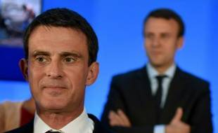 Le Premier ministre français Manuel Valls (L) et le ministre de l'Economie Emmanuel Macron (d) lors d'une réunion ministérielle à Privas, dans le sud-est de la France, le 20 mai 2016