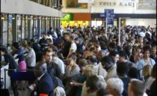 Les 50.000 billets à cinq euros mis en vente jeudi midi par la SNCF, sur internet, par téléphone, en boutiques et en gares, pour célébrer les 25 ans de la naissance du TGV, ont tous été vendus en une heure, a annoncé la SNCF.