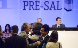 L'exploitation du plus grand gisement pétrolier du Brésil a été attribuée lundi à un consortium formé par le Brésilien Pétrobras (40%), Shell et Total (20% chacun) et les chinois CNPC et CNOOC (10% chacun), a annoncé lundi l'Agence Nationale du pétrole.