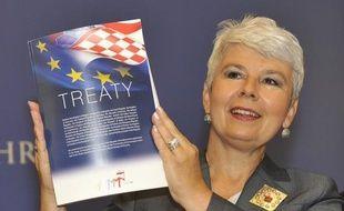 Empêtrée dans la crise de la dette et les réticences de son opinion publique face à sa politique d'élargissement, l'Union européenne, qui s'apprête à signer cette semaine le traité d'adhésion de la Croatie, hésitait lundi à octroyer le statut de candidat à la Serbie