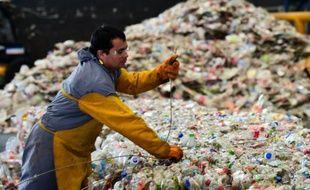 Un employé rassemble des bouteilles en plastique sur le site d'une usine de recyclage à Toluca dans l'état de Mexico le 27 avril 2016