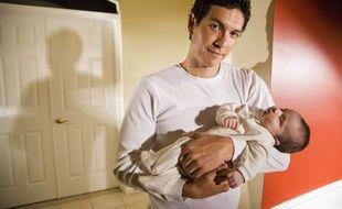 Un père et son bébé.