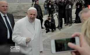 Quand le pape François se fait interpeller par la journaliste Élise Lucet