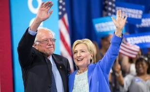 Les démocrates Hillary Clinton (d) et Bernie Sanders, le 12 juillet 2016 à Portsmouth aux Etats-Unis