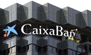 """La première banque en Espagne par les actifs, CaixaBank, a annoncé lundi un plan social qui prévoit la suppression de """"quelque 3.000 emplois"""", dans un contexte de restructuration du secteur en crise."""