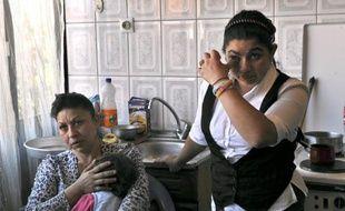La famille de l'adolescente Rom Leonarda Dibrani, renvoyée de France vers le Kosovo début octobre, a été agressée dimanche à Kosovska Mitrovica, apparemment en raison d'une dispute d'ordre privé sans rapport avec son expulsion par la France.