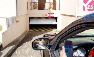Un automobiliste entre dans un parking souterrain grâce à l'appli Yespark.