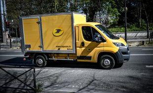 Un camion de La Poste à Paris, le 26 mars 2020.