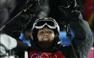 Sandra Laoura a créé une surprise en offrant à la France sa première médaille, le bronze de l'épreuve de bosses de freestyle, samedi, lors d'une première journée des jeux Olympiques de Turin marquée par une nouvelle déception pour le biathlète Raphaël Poirée.