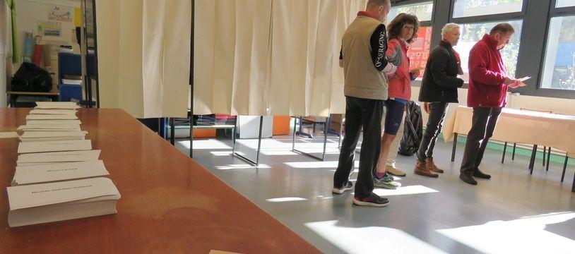 Illustration d'un bureau de vote dans le quartier du Blosne à Rennes.