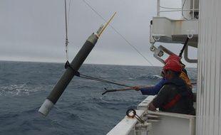 Une balise Argo est jetée dans l'océan.