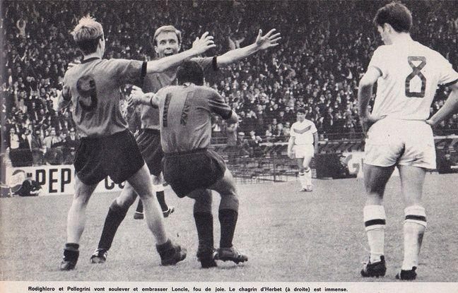 Marcel Loncle félicité par ses coéquipiers Rodighiero et Pellegrini après avoir inscrit le 2e but rennais contre Sedan, lors de la finale 1965.