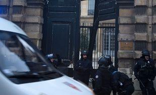 Le ministère du porte-parole du gouvernement, Benjamin Griveaux, le 5 janvier, lors de l'attaque au chariot élévateur par des «gilets jaunes».