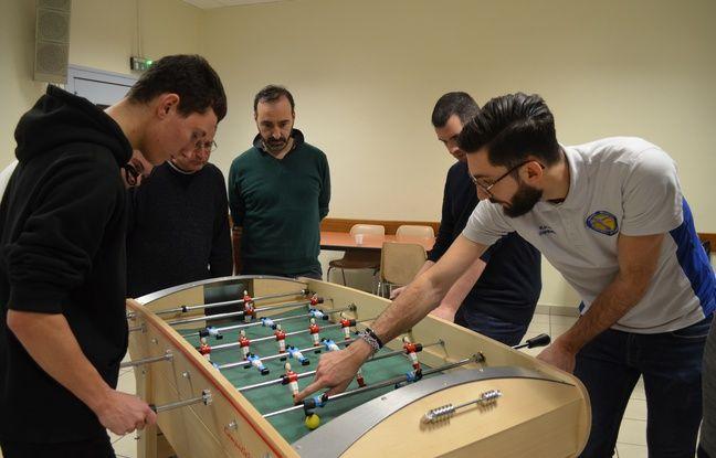 Membre du Rhône sportif football de table, Kevin Grange (à droite) a multiplié les conseils auprès des amateurs de baby-foot jeudi soir.