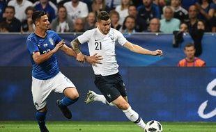 Mandragora au duel avec Lucas Hernandez lors de France-Italie en juin dernier.