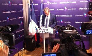 Nicolas Dupont-Aignan lors de la conférence de presse tenue dans ses locaux de la rue Courty, ce lundi 7 décembre.