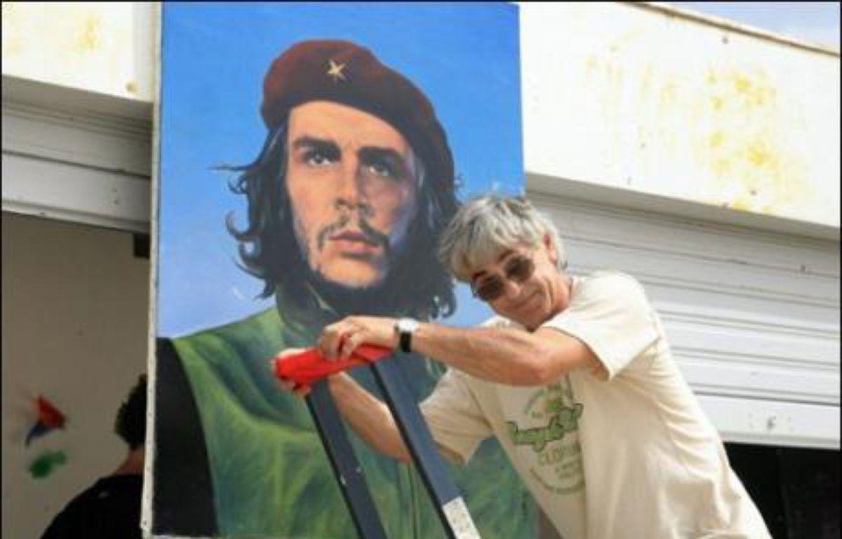 Olivier Besancenot a mis à l'honneur samedi soir Che Guevara à l'université d'été de la LCR à Port-Leucate (Aude), alors que la formation entame un débat interne sur la construction d'un nouveau parti anticapitaliste qui ne se référerait plus au trotskisme. – Raymond Roig AFP
