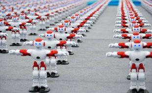 Plus d'un millier de robots intelligents ont dansé de manière synchronisée lors du Festival international de la Bière de Qingdao, en Chine, le 30 juillet. — SIPA