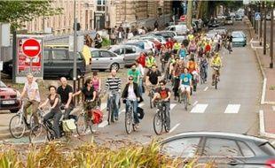 Les vélos, ici devant le lycée Montebello, ont monopolisé le carrefour.