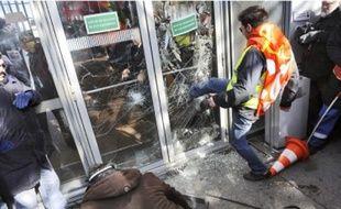 Des salariés en colère hier au siège de Total, où se tenait le comité central d'entreprise.