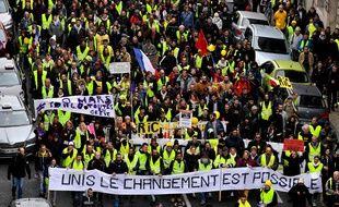 Des «gilets jaunes» défilent à Bordeaux, samedi 9 mars, pour l'acte 17.