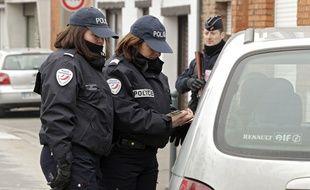 Des policières contrôlent un automobiliste (illustration).