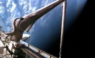 Le bras robotisé de la navette Endeavour, le 12 août 2007.