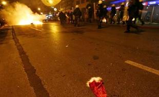 Une rue d'Athènes pendant une nouvelle nuit d'émeutes, Grèce, le 8 décembre 2008.