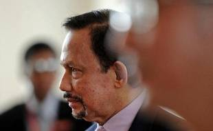 Sultan of Brunei Hassanal Bolkiah arrives for the 24th ASEAN summit at the Myanmar International Convention Center in Naypyidaw on May 11, 2014. Southeast Asian leaders met for a historic summit in former pariah Myanmar overshadowed by soaring tensions in the South China Sea and growing fears over Beijing's territorial assertions. AFP PHOTO/Christophe ARCHAMBAULT