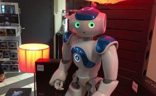 Le temps d'un long week-end, le robot Nao démontrait les luminaires Hue de Philips chez Darty.