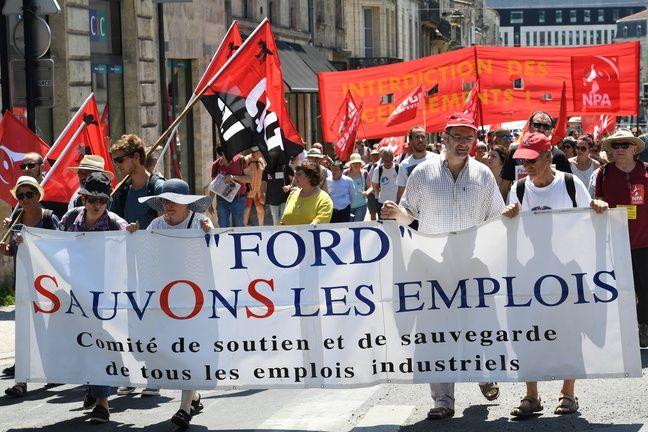 Les salariés de Ford manifestent contre la fermeture de leur entreprise.
