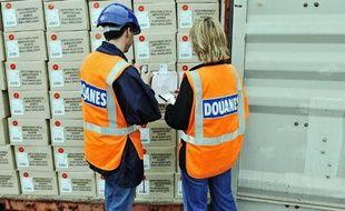 Les douanes procèdent à des contrôles de marchandise et prennent des photos pour leur base de données.