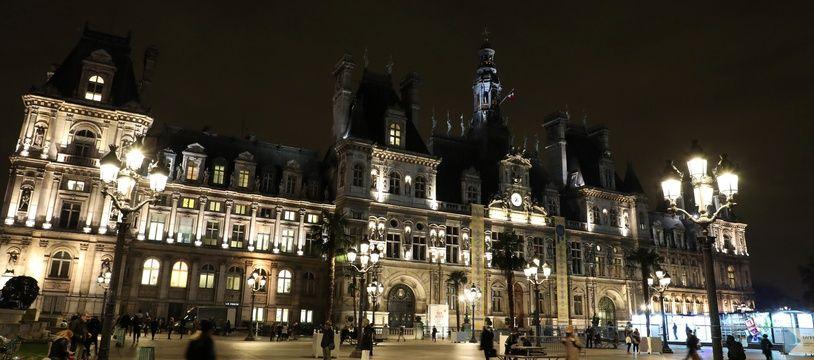 Hôtel de ville de Paris, de nuit. (Illustration)