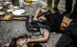 Des manifestants blessés sont à terre alors que la police turque a employé canons à eau et gaz lacrymos pour les disperser, près de la place Taksim à Istanbul, le 31 mai 2014
