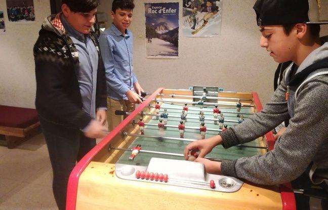 Saad et Fanar face à Shaba jouent au babyfoot dans les locaux de l'association Caritas à Strasbourg.