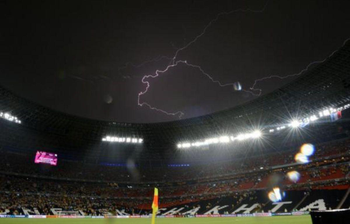 Le match Ukraine-France, comptant pour la 2e journée du groupe D de l'Euro-2012, a été interrompu, à peine commencé depuis moins de 5 minutes, pendant 57 minutes à la suite d'un violent orage avec des fortes pluies, vendredi à Donetsk. – Franck Fife afp.com