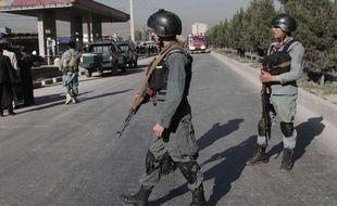 La police afghane après l'attentat-suicide à Kaboul, le  20 juin 2016