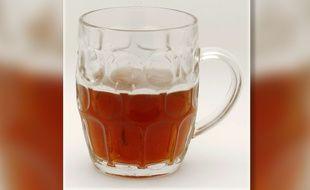 Une choppe de bière vidée de 40% de son contenu (illustration).
