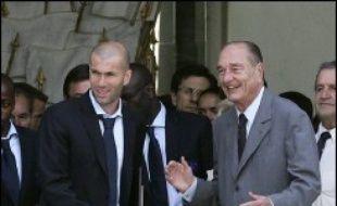 L'équipe de France de football, battue par l'Italie lors de la finale du Mondial-2006 conclue aux tirs au but (1-1 a.p., 5-3 aux t.a.b.), a été accueillie à Paris par le président Jacques Chirac et par plusieurs milliers de supporteurs rassemblés sur la Place de la Concorde.