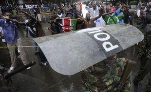 Deux personnes ont été tuées samedi, à Kisumu, fief du candidat présidentiel battu Raila Odinga dans l'ouest du Kenya, lors de violences déclenchées par le rejet par la Cour suprême de son recours formé contre la victoire proclamée de Uhuru Kenyatta à la présidentielle du 4 mars, a annoncé le chef provincial de la police.